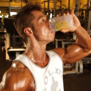 プロテインは「水」で飲むべきか?「牛乳」で飲むべきか?