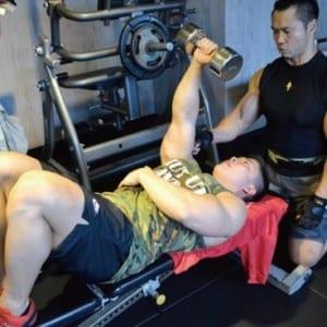 トップビルダーの上腕三頭筋トレで二の腕を太くする!