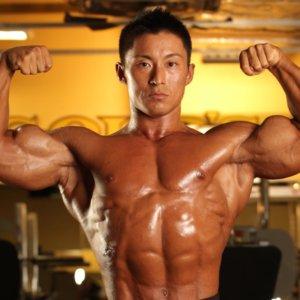 ボディビル世界王者・鈴木雅が解説「太い腕をつくる!ダンベルフレンチプレス」【動画】