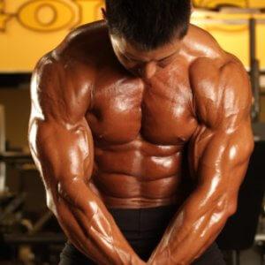 【動画】ボディビル世界王者・鈴木雅が細かく解説「コロナは大胸筋で潰せ!簡単なのに効く大胸筋チューブトレーニング」