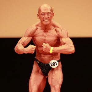年齢なんて関係ない!50歳でボディビル再デビューを果たし、優勝を勝ち取った筋肉先生