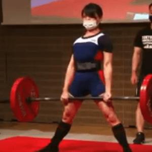 デッドリフト142.5kgを引く新人離れした女性パワーリフター「身体がカッコよくなりました」