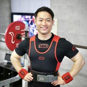 66kg級の体重で、スクワット310.5kgを挙げる全日本パワー5回優勝に輝いた男